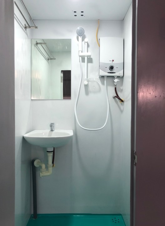 Máy nước nóng công suất 4500w được trang bị cho toilet di động đôi Handy