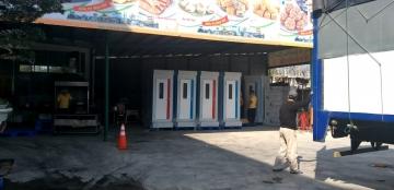 Nhà vệ sinh di động được vận chuyển tới khách hàng bằng xe có hệ thống nâng chuyên dùng