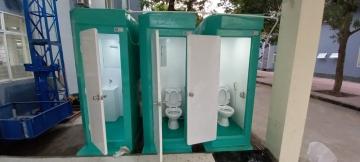 Lắp đặt nhà vệ sinh di động cho các khu cách ly điều trị Covid -19